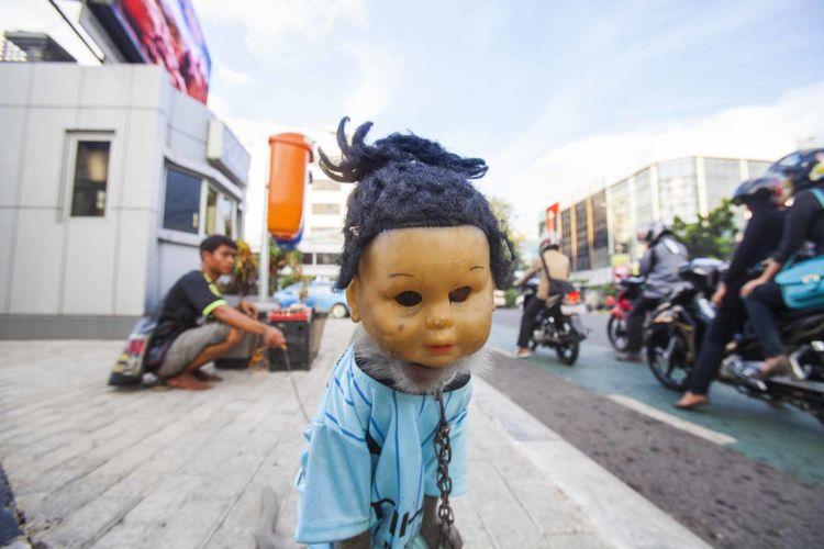 06_alexandra_radu_indonesian_street_show_monkey_topeng_monyet